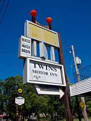 Twins Motor Inn, Schenectady, NY (Robby Virus) Tags: schenectady newyork ny state upstate motel sign signage twins motor inn arrow homeless shelter needy heated water beds color tv