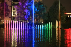 Fontne auf dem urbanen Gewsser 2 (Pascal Volk) Tags: berlin berlinmitte festivaloflights berlinilluminated beleuchtet illuminated lichtfest lichtkunst farben mehrfarbig bunt color colorful nacht night licht light spiegelung reflection reflexion pianosee theaterufer fontne fountain canoneos6d canonef70300mmf456lisusm 70mm colorgradient gradient farbverlauf