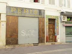 Pris (Aot 2016) (Ostrevents) Tags: marseille bouchesdurhne france europe europa 13 faade facade rue street boutique shop fermeture close closing faence couleur color peris militaire military tag graph chn ostrevents porte door pass past