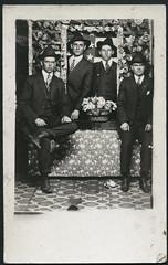 Archiv G644 Vier vor der US Flagge am 1. Januar 1918 (Hans-Michael Tappen) Tags: archivhansmichaeltappen usflagge usa gruppenfoto atelierphoto atelierfoto zivilkleidung anzug krawatte schuhe shoes hut hat 1918 1919s 1910er