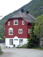 Traditional-Style Red House, Hellesylt, Norway (3) (Phil Masters) Tags: norwayholiday norway hellesylt 14thjuly july2016 redhouse storfjord storfjorden sunnylvsfjorden