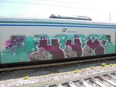 305 (en-ri) Tags: hum ior crew viola verde arrow bianco train genova zena graffiti writing
