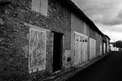 Quelle perspective? (Jean-Luc Lopoldi) Tags: bw noiretblanc vivonne poitou rue triste vide cielmenaant portesfermes vieux garage gris pointdefuite