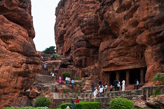 Badami site entrance (Scalino) Tags: india karnataka travel trip badami temple heritage site chalukyas chalukya cavetemple cave entrance students
