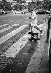 jump (Jack_from_Paris) Tags: l2010485bw leica m type 240 10770 leicasummicronm35mmf2asph 11879 dng mode lightroom capture nx2 rangefinder tlmtrique bw noiretblanc monochrom wide angle paris 13 pavs light lumire pav ville shadow ombre dog chien enjamber eau caniveau femme woman hcb