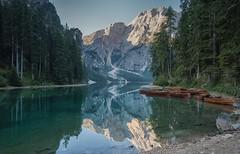 Pragser Wildsee (libellenwellen) Tags: pragserwildsee lagodibraies italia italien dolomiten dolomites mountain berge see lake lago europa sonnenaufgang sunrise travel reisen reflections sony a7 zeiss