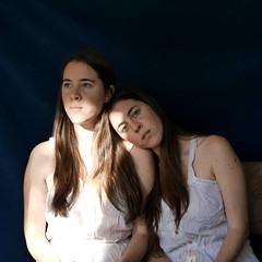 Hermanas (Victoria Marte) Tags: hermanas retrato tripas luznatural microcuatrotercios