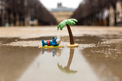 Seul sur le sable (discret_incognito78) Tags: paris toy toys figurines smurf figurine smurfs palaisroyal jouet pitufo jouets schlmpfe barrufet schtroumpf peyo puffo schtroumpfs schtrumpfer