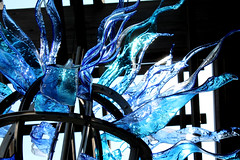 blue blades (Mamluke) Tags: blue sculpture sun sunlight glass minnesota gardens garden botanical jardin blues arboretum tageslicht sunlit cristal shards glas blades verre vetro zonlicht lumiredusoleil luzdelsol mamluke landscapearboretum minnesotalandscapearboretum lucesolare