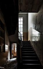 Al final de la escalera (Perurena) Tags: escalera stairs escadas peldaos ventana window puerta door sombras shadows luces lights abandonoo ruina escombros psiquiatrico urbex urbanexplore