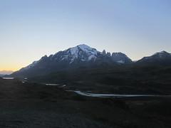 """Torres del Paine: trek du W. Jour 5: il est 19h et les Torres sont clairement visibles (du bus) ! Quelles sont vicieuses quand même ces Torres ! ;) <a style=""""margin-left:10px; font-size:0.8em;"""" href=""""http://www.flickr.com/photos/127723101@N04/30181106531/"""" target=""""_blank"""">@flickr</a>"""