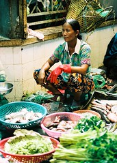Pescado Fresco (Gonzalo Campos Garrido) Tags: cambodia camboye camboya travel viaje 35mm film vida pse ong phnom penh mercado pescado verdura mujer woman marked fish vegetables green verde portra160 kodak portra iso160