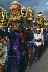 Bali, Ubud Temple festival (blauepics) Tags: indonesien indonesia indonesian indonesische bali island ubud zeremonie ceremony hindu temple tempel tempelfest festival woman frau balancing balanzieren gifts geschenke opfergaben donation colours farben fruits frchte obst