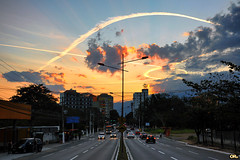 Trails (Otaclio Rodrigues) Tags: chemtrails contrails cu sky prdosol sunset avenida avenue carros cars trnsito traffic postes poles streetlamps prdios buildings nuvens clouds natureza nature cidade city urban resende brasil oro
