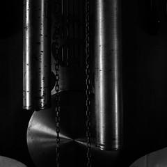 recuerdo.en.descomposicin (6) (Antonio Prez .) Tags: destello beam blink bw casa home brillo sheen brillance reloj pndulo grandfatherclock ornamentation blancoynegro monocromo monocromtico monochrome monochromatic luzinterior interior light metal mono black white blackandwhite fujifilm x20