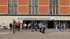 (Lin ChRis) Tags: amsterdam  trainstation  holland netherlands trip travel people tourist centraal