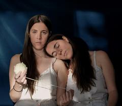 Hermanas (Victoria Marte) Tags: hermanas retrato ana tripas madeja luznatural microcuatrotercios