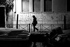 L'uomo ombra (Something Sighted) Tags: venice venise venezia italy italie italia streetphotography night nuit silhouette scnederue boats fujifilmxt1 walking lightanddarkness nocturne blackandwhite noiretblanc