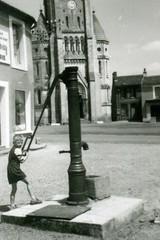 Pompe Maine-et-Loire (Groupe SAUR) Tags: eaupotable pompe fontaine enfant village maineetloire49 france