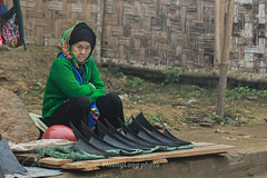 Y1303.0213.Si Ma Cai.Lo Cai (hoanglongphoto) Tags: asia asian vietnam northvietnam northwestvietnam people life dailylife vietnamlife lifeinvietnam lifeatvietnam market maketatvietnammountainous women oldwomen gammer oldster canon canoneos1dx tybc locai simacai ngi cucsng outdoor ngoitri ch chvngcao chsimacai bgi ithng tnhin candid canonef70200mmf28lisiiusmlens eyes imt mt candidpictures candidcaptured chptnhin