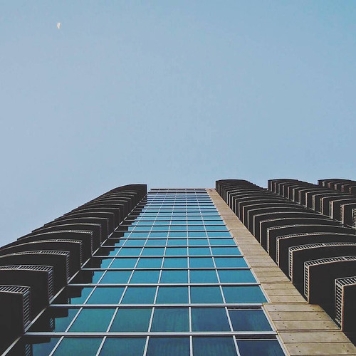 Hi there moon #500px #cityscape #architecture