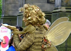 Fringe on the Mile 2016 0238 (byronv2) Tags: edinburgh edimbourg edinburghfestival edinburghfestivalfringe edinburghfringe fringe fringe2016 edinburghfringe2016 edinburghfestivalfringe2016 royalmile oldtown festival candid peoplewatching street fairy statue livingstatue gold woman wings fairywings