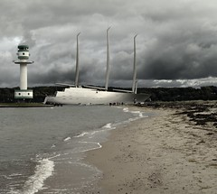 A #4 and some spectators (liebeslakritze) Tags: a segelschiff yacht segelyacht leuchtturm lighthouse sailingvessel spectators grsenvergleich schaulustige wolken wetter clouds sky ostsee balticsea kielfjord kielerfrde