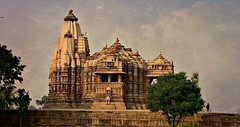 INDIA - Khajuraho Group of Monuments is a group of about 20  Hindu and Jain temples, reliefs and sculptures,  14230/7097 (roba66) Tags: indienkhajurahotempel indien indiennord asien asia india inde northernindia urlaub reisen travel explore voyages visit tourism roba66 city capital stadt cityscape building architektur architecture arquitetura monument bau fassade faade platz places historie history historic historical geschichte tradition culture kultur kulturdenkmal skulptur sculpture reliefs relief antik antic rustic ruine ruins ausgrabungen archologie archaelogy madhya pradesh tempel tempelanlage temple hinduism jainism