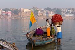 Embarquement de couleurs (Cathy Le Scolan-Qur Photographies) Tags: vanarasi bnars gange ganga fleuvesacr barque ballots couleurs boatman indien uttarpradesh