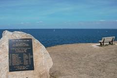 souvenir et banc sur la mer (Jeanne Menj) Tags: souvenir banc mer piriacsurmer bretagne plaque bombardement victimes crash avion 1942 usairforce b17