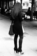 Pantacones (Haciendo clack) Tags: haciendoclack jesúsgonzález canon5dmarkii 5dmarkii canonef24105mmf4lisusm valladolid españa spain europa europe castillayleón 2013 reflex digital blancoynegro blackandwhite pantalón tacón tacones chica