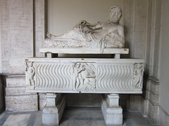 Rome: Vatican Museums - Nile Statue & Sarcophagus in Pio Clementino Museum (escriteur) Tags: img5491 rome roma vaticancity vaticanmuseums museivaticani museopioclementino pioclementinomuseum octagonalcourt sculpture statue nile river god sarcophagus
