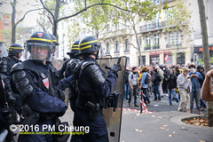Manifestation pour l'abrogation de la loi Travail - 15.09.2016 - Paris - IMG_7873 (PM Cheung) Tags: loitravail paris frankreich proteste mobilisationénorme cgt sncf euro2016 demonstration manifestationpourlabrogationdelaloitravail blockaden 2016 demo mengcheungpo gewerkschaftsprotest tränengas confédérationgénéraledutravail arbeitsmarktreform lesboches nuitdebout antagonistischenblock pmcheung blockupy polizei crs facebookcompmcheungphotography polizeipräfektur krawalle ausschreitungen auseinandersetzungen compagniesrépublicainesdesécurité police landesweitegrosdemonstrationgegendiearbeitsmarktreform loitravail15092016 manif manifestation démosphère parisdebout soulevetoi labac bac françoishollande myriamelkhomri esplanadeinvalides manifestationnationaleàparis csgas manif15sept manif15 manif15septembre manifestationunitairecgt fo fsu solidaires unef unl fidl république abrogationdelaloitravail pertubetavillepourabrogerlaloitravaille