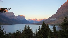 Sun kissed (GrisParr) Tags: glaciernationalpark montana usa midwest mountains mountaipeak snow sunrise lake trees travel grisparr dawn