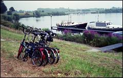 Rollei 35SE Fuji Superia 200 June 2016 (26) (Hans Kerensky) Tags: rollei 35se sonnar 128 f40mm lens fujifilm superia 200 film scanner plustek opticfilm 120 holland june 2016 thorn bicycles boats