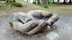 En-trust (hands) Sculpture (Paul Thackray) Tags: englishlakedistrict lakedistrictnationalpark derwentwater entrustsculpture johnmerrill hands footpath 2016