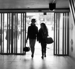 arriving (Madeleine Bjrck) Tags: door hat stripes drr rnder sunglassrd