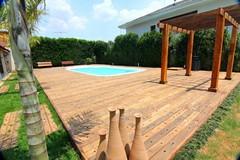 Deck e Pergolado. Foto: madeiradedemolicao.com