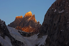 Karpogoro: Alpenglow on Sokha Brakk (Shahid Durrani) Tags: biafo glacier karakorams gilgit baltistan pakistan
