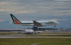 Alitalia | Boeing B777-243ER | EI-ISD (Marco Montrasio) Tags: milano malpensa mxp limc alitalia b772 b777243er b777200 eiisd atterraggio az787 b747 nca