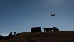 Vuelo (Cauldrn) Tags: corua lacorua espaa paseodelosmenhires contraluz backlight avin plane canoneos550d rebelt2i kissx4