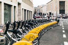 Bruxelles (gerritdevinck) Tags: brussel bruxelles bikes citybikes gerritdevinckfotografie gerritdevinck yellow yellowbikes city hoofdstad belgium belgie metropool metropole citylife