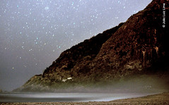 Prainha, Rio de Janeiro (jluizmail) Tags: beach fotografiaprofissional jluiz jluizmail juntos maridoemulher nikon nikond300s pessoas praia prainha surf jooluizlima fotoporjluiz fotoporjluizmail fotoporjooluizlima fotografiajooluizlima longexposure longaexposio stars estrelas cu sky noite night evening bruma mist oceano sea mar oceanoatlntico atlanticocean orla orlamartima d300s areia sand openair