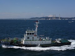Come in No. 7 ! (Ben Zabulis) Tags: asia japan tokyo tokyobay tug no7toamaru     martime marine travel transport fareasternexplorer spray wake fareast vessel 5photosaday portpilot port pilot shoreline industry