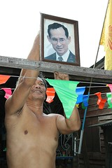 preparing for the king's birthday (the foreign photographer - ) Tags: man putting up picture king khlong thanon bangkhen bangkok thailand canon kiss 400d