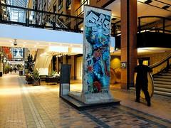 """Le Mur de Berlin"" (Yakimo Bohio) Tags: maison mur commerce berlin fujifilm x20 inteenational"