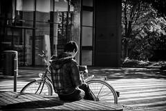 OKSF 69 (Oliver Klas) Tags: street streetfotografie streetphotography strassenfotografie streetart streetphotographer streetphoto schwarzweissfotografie blackandwhite monochrom personen people menschen persons deutschland germany stadt city kunst art okfotografien oliver klas schwarzweiss schwarz weis black white ruhe pause chillen