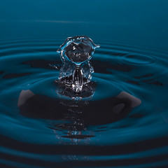 The mermaid (Hussain_Quantum) Tags: water drops drop sculpture blue highspeed canon photo drip time mermaid