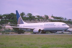 228aq - Continental Airlines Boeing 737-800; N37253@SXM;22.04.2003 (Aero Icarus) Tags: sxm princessjulianainternationalairport saintmartin slidescan plane aircraft flugzeug
