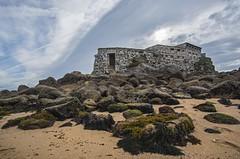 La fortaleza....... (T.I.T.A.) Tags: capilladelalanzada alanzada lalanzada ermitadelalanzada ermitadalanzada rocas algas bajamar mareasvivas